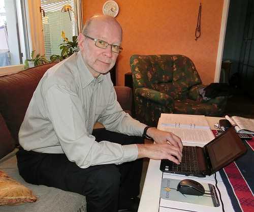 Staffan 67 år vid dator